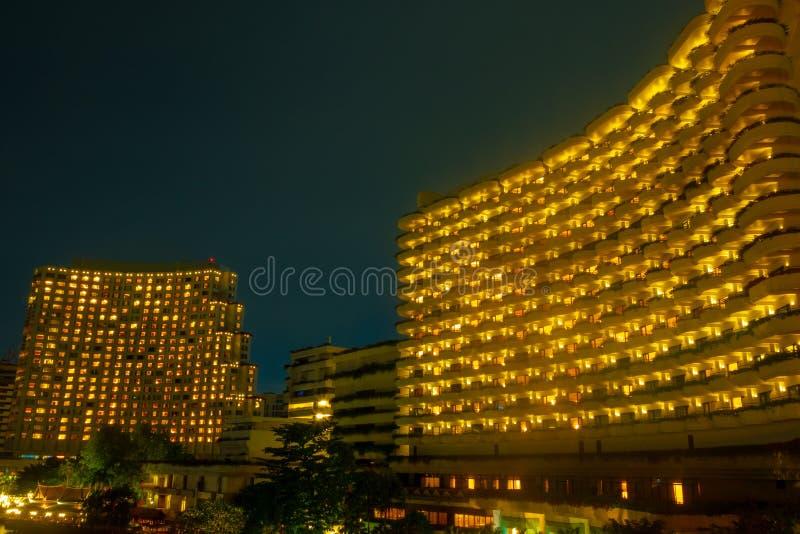 Cenário da noite da luz exterior um hotel de luxo imagem de stock