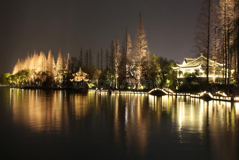 Cenário da noite no lago ocidental de Hangzhou, China fotos de stock royalty free