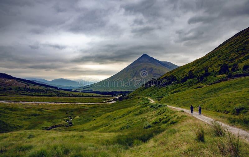 Cenário da paisagem das montanhas de Escócia na ponte da natureza T de Orchy foto de stock