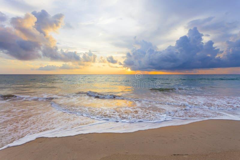 Cenário da paisagem do mar de Andaman no crepúsculo com por do sol colorido d fotos de stock royalty free
