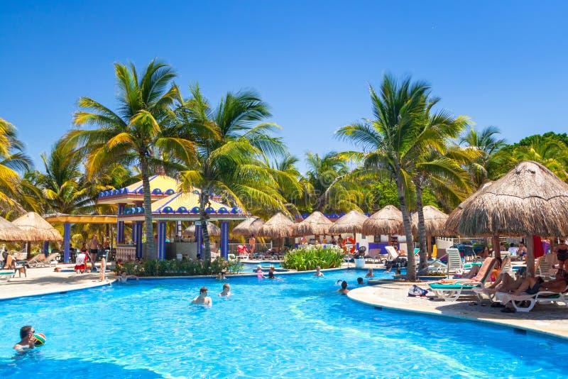 Cenário da piscina luxuosa no hotel no Playa del Carmen, México de RIU Iucatão fotografia de stock royalty free