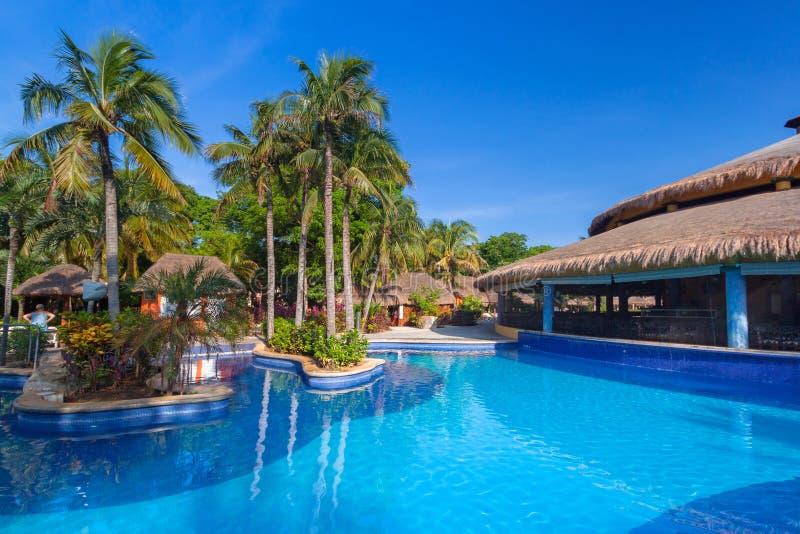 Cenário da piscina luxuosa no hotel no Playa del Carmen, México do Tequila de RIU imagem de stock
