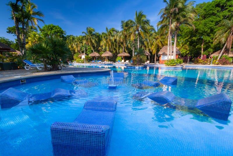 Cenário da piscina luxuosa no hotel no Playa del Carmen, México do Tequila de RIU foto de stock royalty free