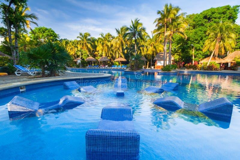 Cenário da piscina luxuosa no hotel no Playa del Carmen, México do Tequila de RIU imagens de stock