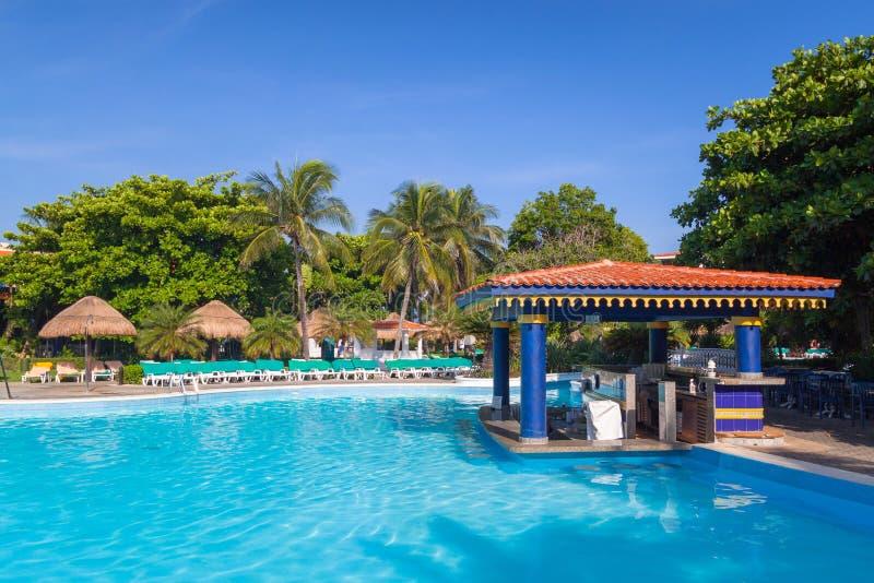 Cenário da piscina luxuosa no hotel no Playa del Carmen, México do Tequila de RIU imagem de stock royalty free