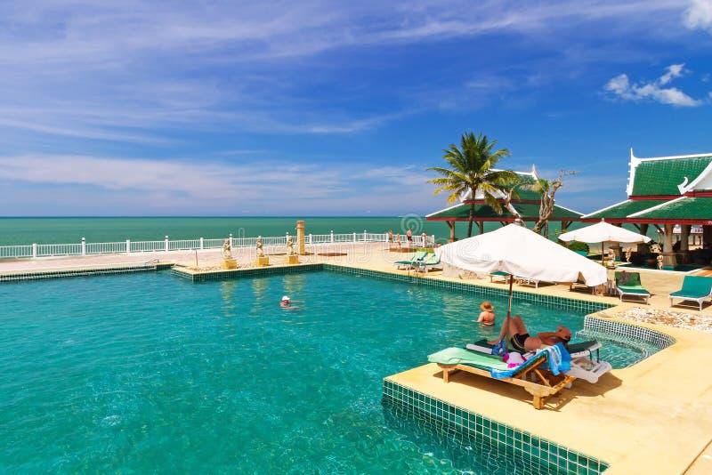 Cenário da piscina na princesa Resort & TERMAS de Andaman imagem de stock royalty free