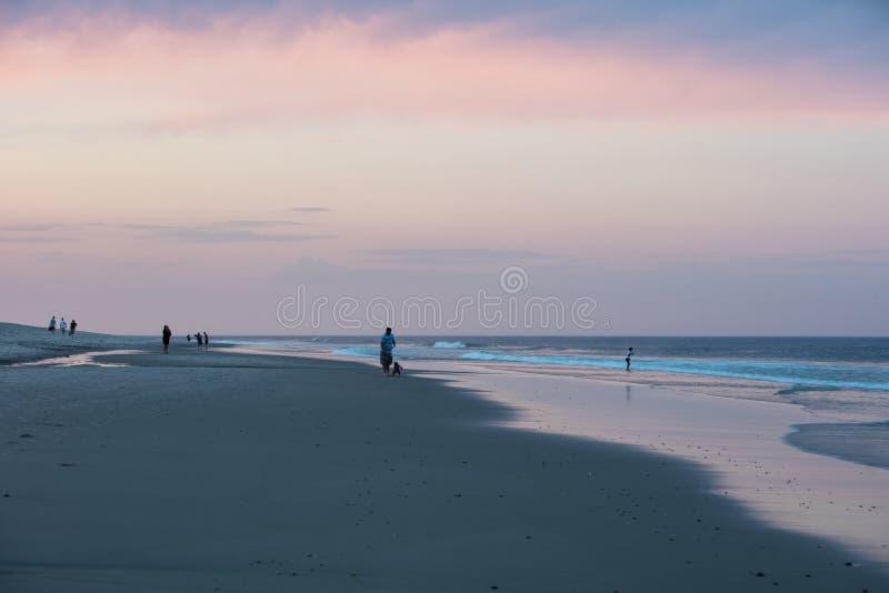 Cenário da praia no crepúsculo em Cape Cod imagens de stock royalty free
