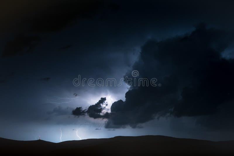 Cenário da tempestade elétrica das montanhas altas Moun tormentoso e perigoso fotos de stock