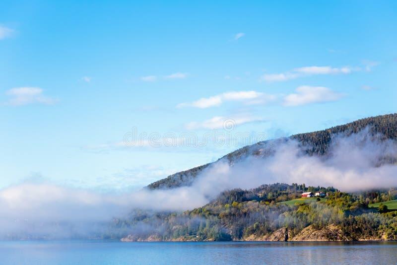 Cenário de fumaça saindo das montanhas de Notodden, Telemark, Noruega fotos de stock