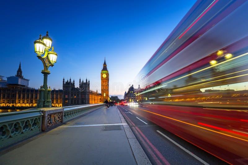 Cenário de Londres na ponte de Westminster com Big Ben imagens de stock royalty free