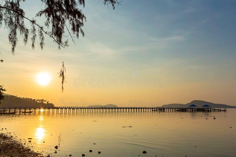 Cenário do cais com nascer do sol do céu, Phuket de Rawai, Tailândia Este lugar é um ponto surpreendente do nascer do sol Harbor  imagem de stock