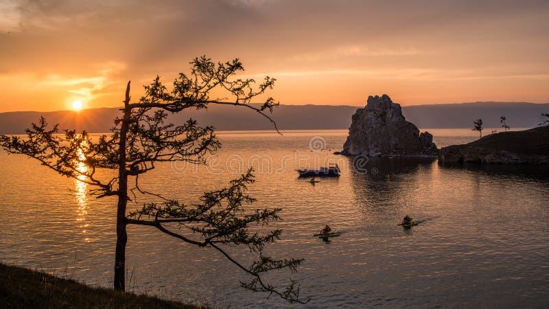 Cenário do lago Baikal, Ilha Olkhon, Irkutsk, Sibéria, Rússia O pôr do sol Shamanite fotos de stock royalty free