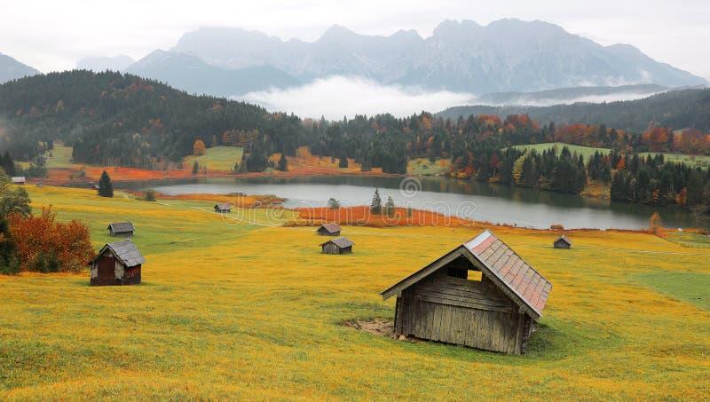 Cenário do outono do lago Geroldsee em uma manhã nevoenta com as montanhas de Karwendel no fundo fotos de stock