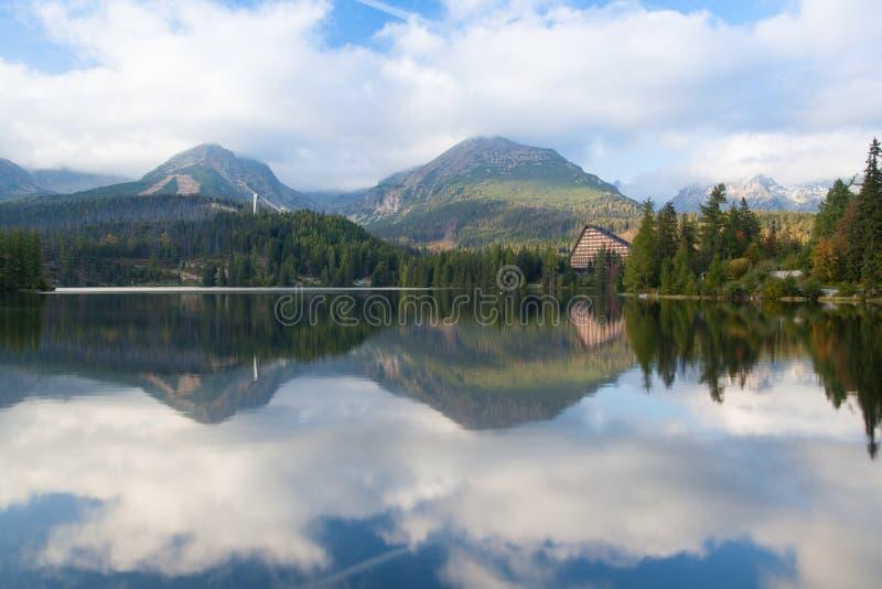 Cenário do outono em Strbske Pleso, Tatras alto, Eslováquia foto de stock royalty free