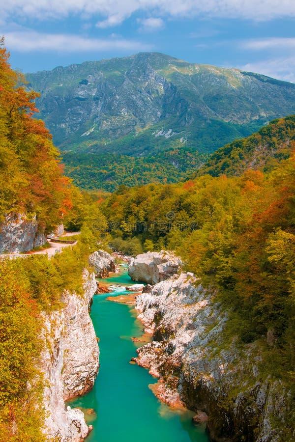 Cenário do outono do rio de Soca perto de Kobarid, Eslovênia fotografia de stock