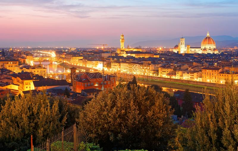 Cenário do por do sol de Piazzale Michelangelo Square em Florença com a ponte de Ponte Vecchio sobre Arno River foto de stock