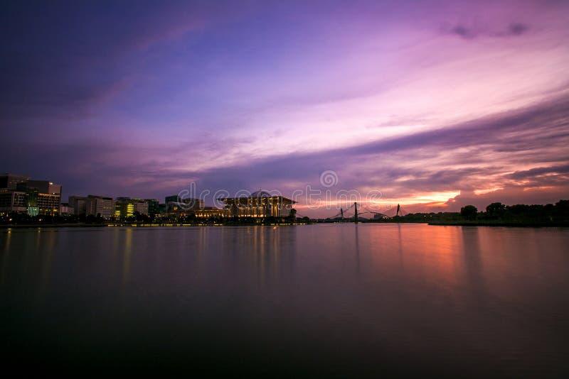 Cenário do por do sol em putrajaya imagens de stock