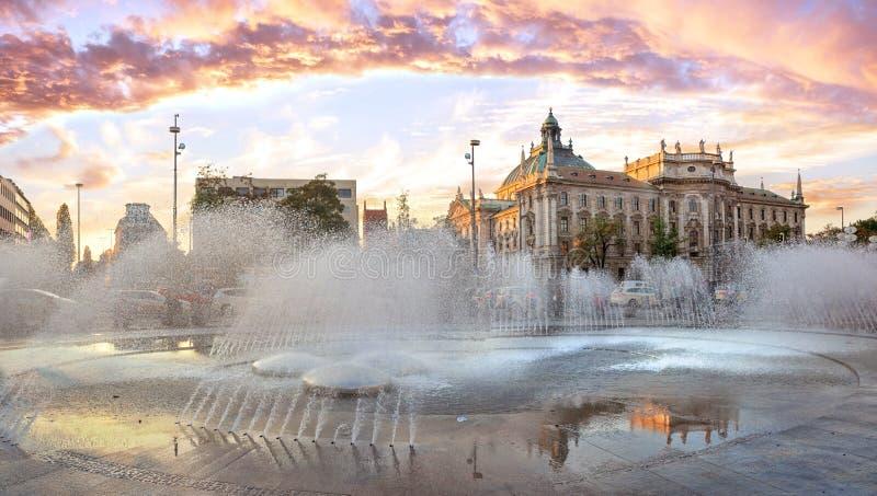 Cenário do por do sol no stachus do karlsplatz na cidade de munich foto de stock royalty free