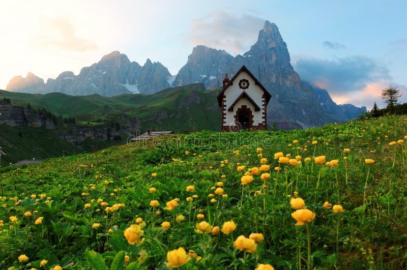 Cenário do verão das dolomites com vista de uma igreja bonita nos montes do della áspero Pala de Cimon dos picos de montanha imagens de stock royalty free