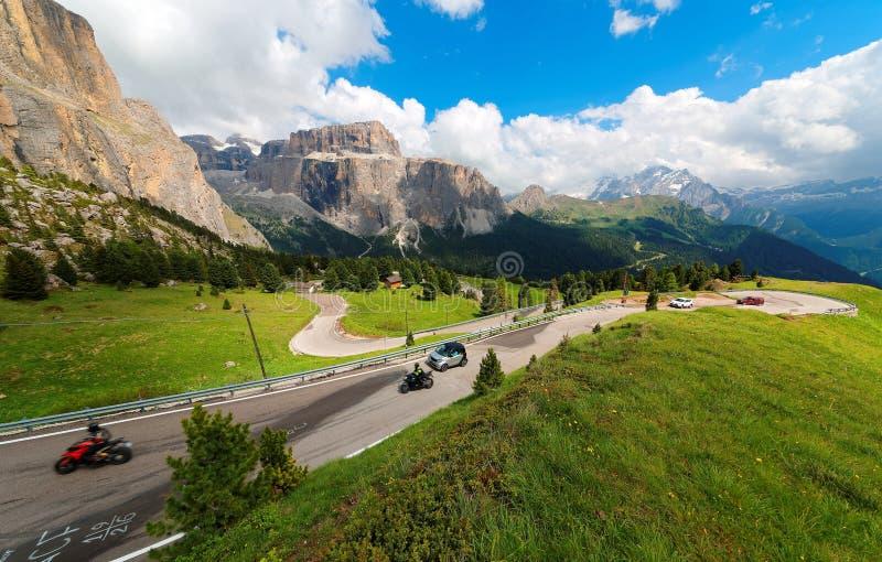 Cenário do verão de Dolomiti com as montanhas ásperas de Sella sob o céu ensolarado azul no fundo fotos de stock
