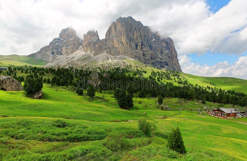 Cenário do verão de montanhas alpinas ásperas com vista de Sassolungo-Sassopiatto rochoso foto de stock