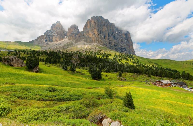 Cenário do verão de montanhas alpinas ásperas com vista de Sassolungo-Sassopiatto rochoso imagem de stock royalty free