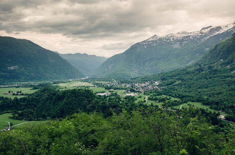 Cenário dramático da cidade de Bovec no vale de Soca, Eslovênia, Europa imagens de stock