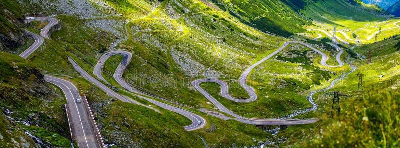 Cenário ensolarado maravilhoso estrada da montanha com céu perfeito romania Carpathians, Ridge Fagarash Estrada de Transfagarasan fotos de stock royalty free