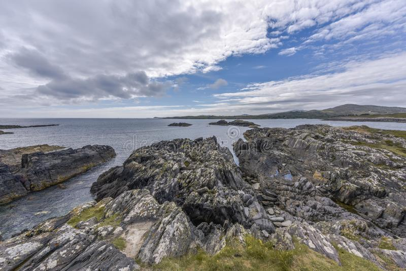 Cenário irlandês típico do penhasco perto da cabeça de Mizen, cortiça do condado, Irlanda imagens de stock
