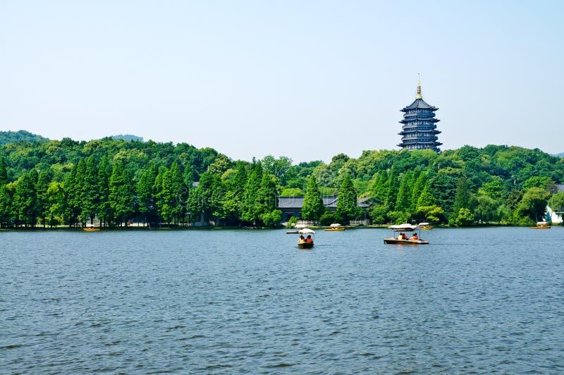 Cenário ocidental do lago Hangzhou, em China foto de stock