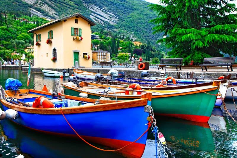 Cenário pictórico com os barcos no lago bonito Lago di Garda A fotos de stock royalty free