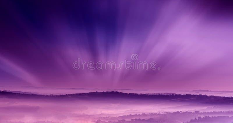 Cenário roxo com névoa foto de stock