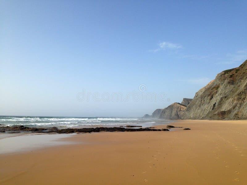 Cenário selvagem da praia do oceano perto de Sagres, o Algarve, Portugal fotografia de stock royalty free