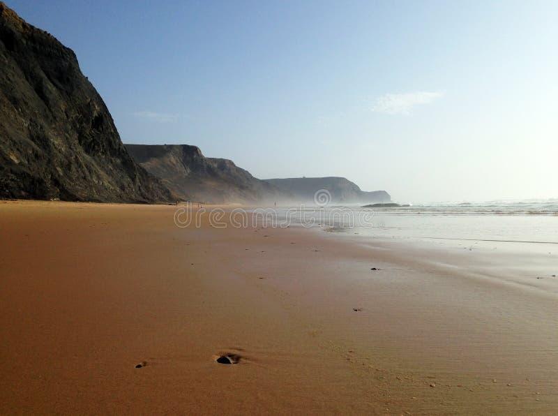 Cenário selvagem da praia do oceano perto de Sagres, o Algarve, Portugal imagens de stock royalty free