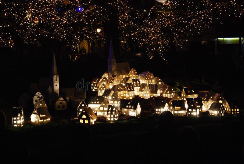 Cenário sob a árvore de Natal Strasbourg, França na véspera do Natal imagem de stock