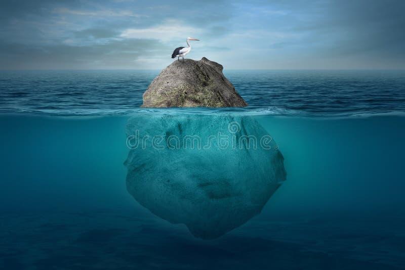Cenário subaquático bonito com uma ilha pequena imagens de stock royalty free