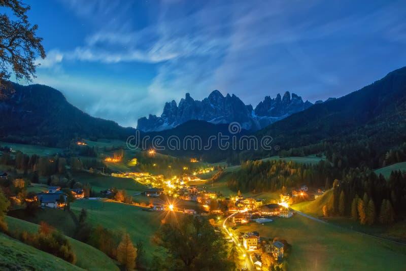 Cenário surpreendente da noite da vila de Santa Maddalena antes do nascer do sol Cumes da dolomite, Tirol sul, Itália imagens de stock