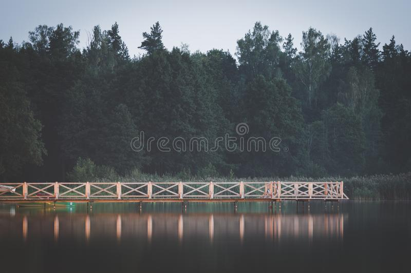 Cenário tranquilo pelo lago imagens de stock