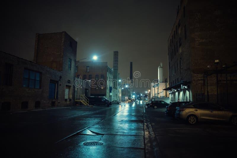 Cenário urbano industrial nevoento da noite da cidade da rua fotografia de stock royalty free