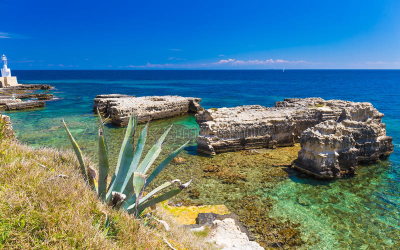 Cenários litorais surpreendentes da cidade de Otranto, península de Salento, região de Puglia, Itália fotografia de stock royalty free