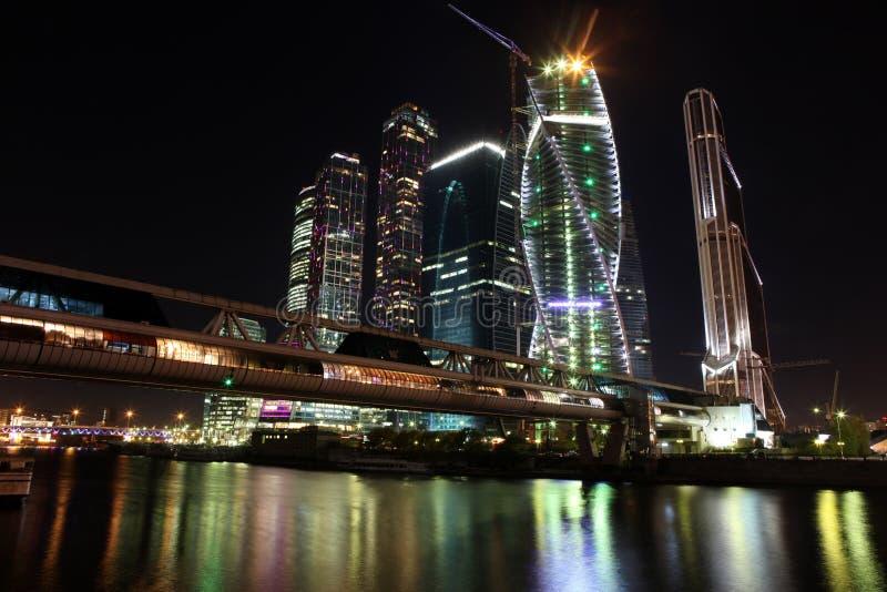 Cen дела красивого города небоскребов взгляда ночи международный стоковые изображения rf