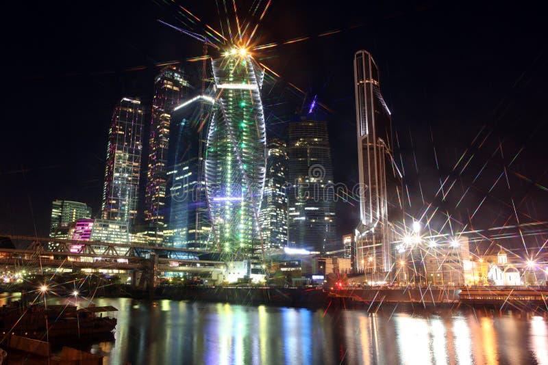 Cen дела красивого города небоскребов взгляда ночи международный стоковое изображение rf