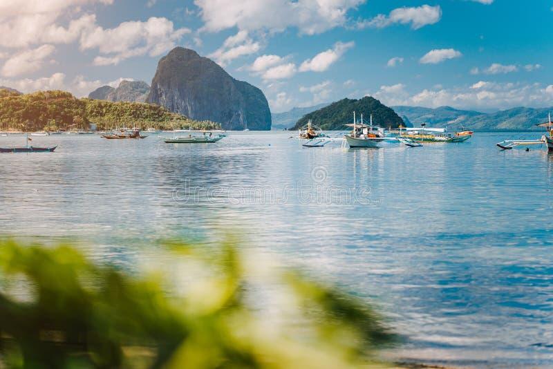 Cen?rio tropical bonito EL-Nido, Filipinas Barcos de Banca que descansam no amanhecer tranquilo na lagoa de Corong Corong fotografia de stock royalty free
