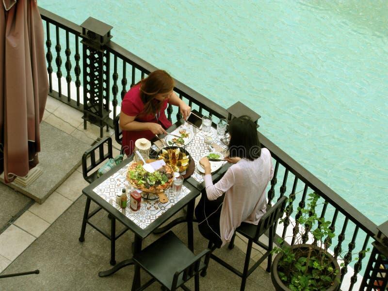 Cena al aire libre, alameda de Venecia Grand Canal, colina de McKinley, Taguig, metro Manila, Filipinas foto de archivo
