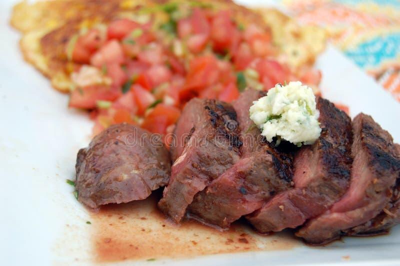 Cena asada a la parrilla del filete con mantequilla de la Cilantro-cal imagenes de archivo