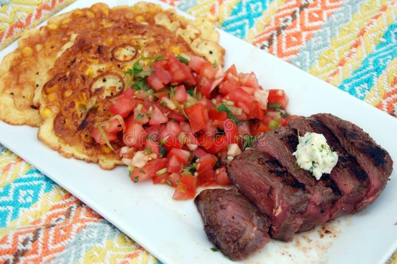 Cena asada a la parrilla del filete con mantequilla de la Cilantro-cal fotografía de archivo