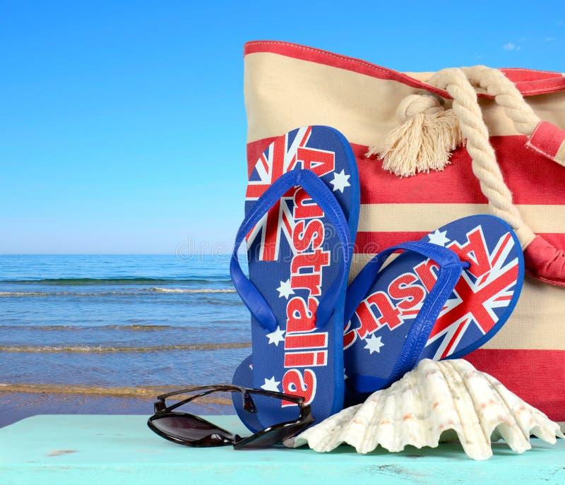Cena australiana da praia com sandálias australianas fotografia de stock royalty free