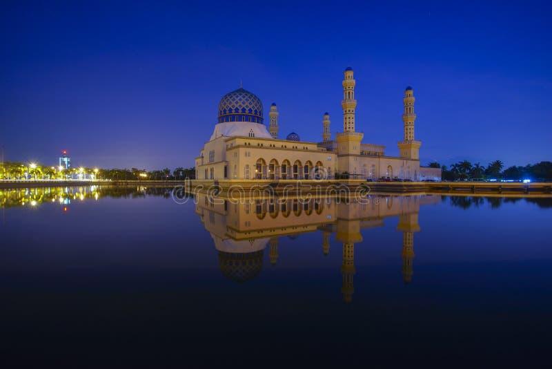 Cena azul da hora em Kota Kinabalu Mosque, Sabah Borneo, Malásia fotos de stock royalty free