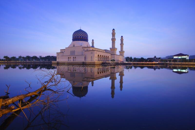 Cena azul da hora em Kota Kinabalu Mosque, Sabah Borneo, Malásia imagens de stock royalty free