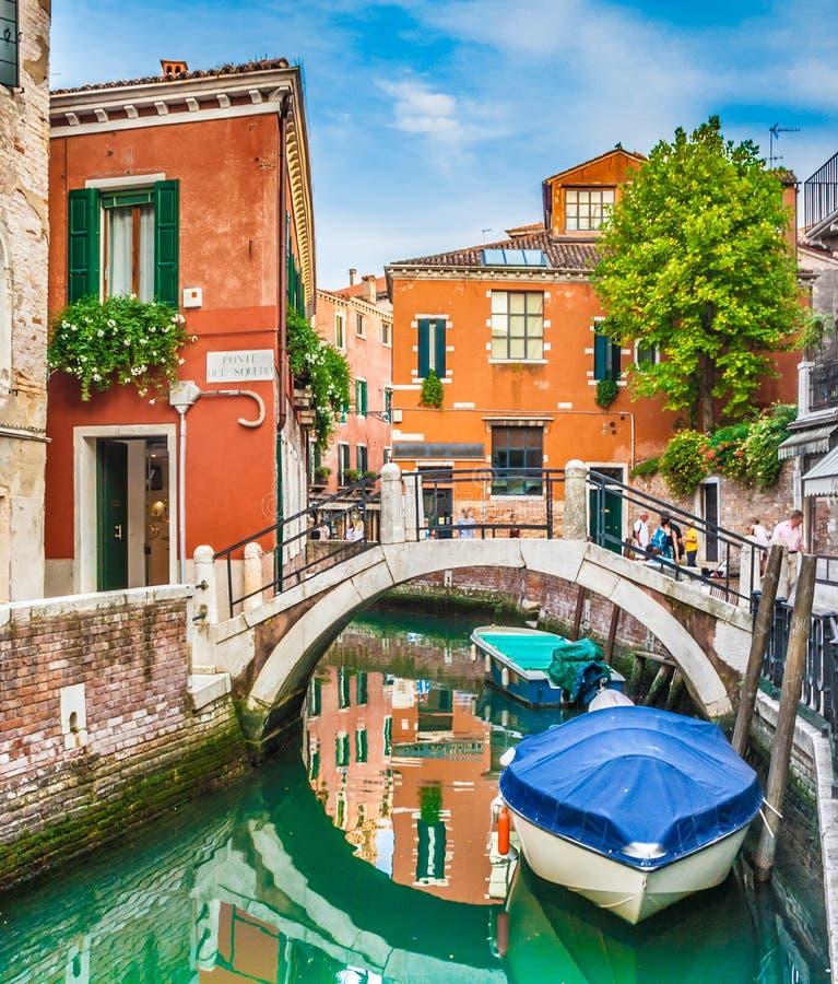 Cena bonita com casas e os barcos coloridos em um canal pequeno em Veneza, Itália foto de stock royalty free
